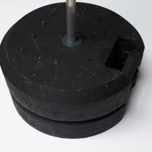 2 gewichtsvoeten op elkaar, betonvoeten, vrijstaande, immoframe, werfframe, vlaggen, voetstukken, signalisatievoeten